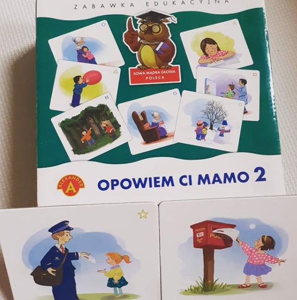 """Pudełko pomocy """"Opowiem Ci Mamo"""" obok wyłożone dwa kartonowe obrazki przedstawiające historyjkę o liście."""